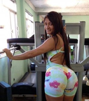 amateur photo Big booty in tight pants at the gym
