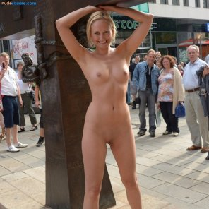 amateur photo Gorgeous Blonde Fully Nude in Front of Starbucks with Large Crowd Watching