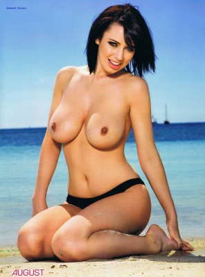 amateur photo Sophie Howard at the beach