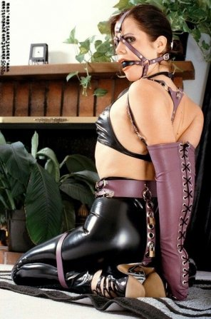 amateur photo Armbinder and latex