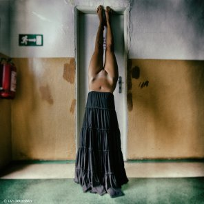 amateur girl nude handstand