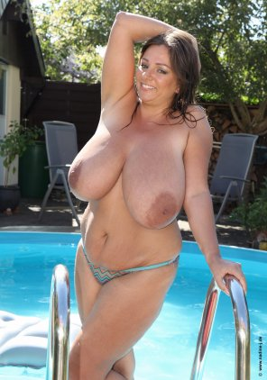 amateur photo Nadine Jansen lets her massive cannons go free around the pool