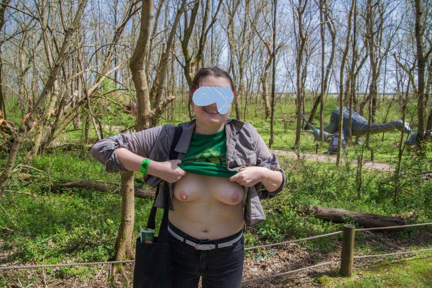 Tits out at the dinosaur park... [BAD DRAGON] [f] Porno Zdjęcie