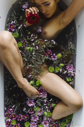 amateur photo Miki Hamano Taking a Flower Bath