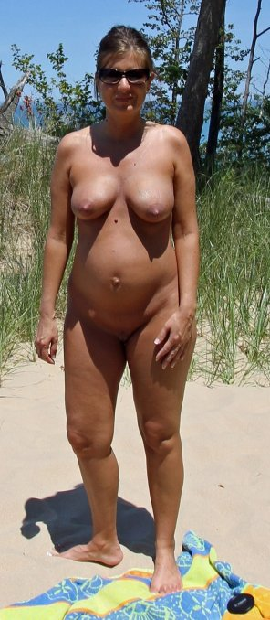 amateur photo Pregnant babe at a nude beach