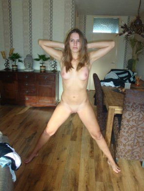 amateur photo Naked chick, weird pose
