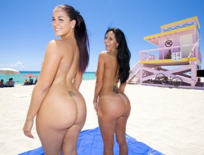 amateur photo Two girls at the beach