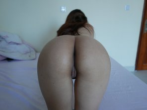 amateur photo Asian girlfriend proudly presenting her juicy ass and pussy