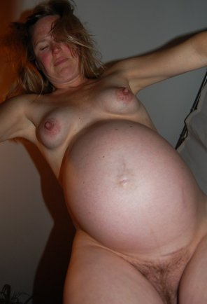 amateur photo Fun View of a Naked Pregnant Beauty
