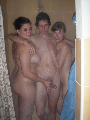 amateur photo Room mates shower together