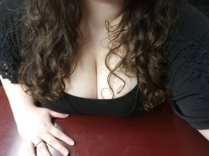amateur photo [f] Bent over the conference table
