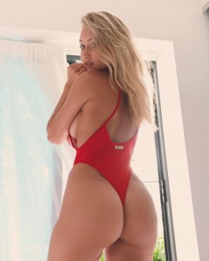 amateur photo Blonde in red