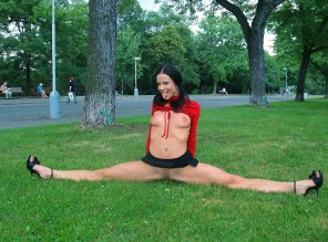 amateur photo Naked splits in a park