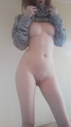 amateur photo I'm still super cosy but need more than my own hands! [F] ;)