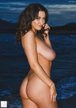 amateur photo Curvy brunette by the ocean