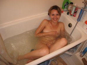 amateur photo Embarrassed in the tub