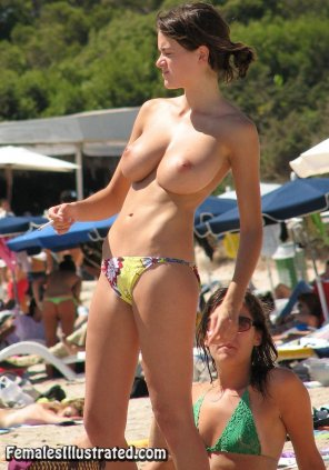 amateur photo [Image] Real girl with some first-rate tits at the beach
