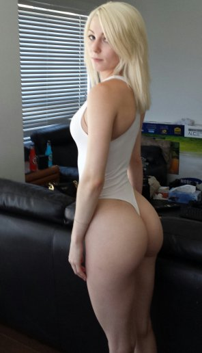 amateur photo Sexy blonde posing her thick ass