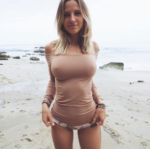 amateur photo Hot babe by the beach. 🙉
