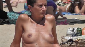 amateur photo Beautiful brunette Topless on the Beach