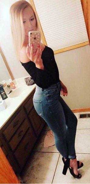 amateur photo PictureShowing off her figure in some painted on jeans