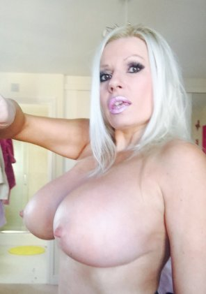 amateur photo Michelle Thorne selfie torpedos