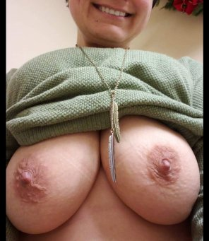amateur photo [F]38, 2 titties and some teeth.