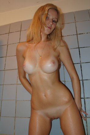 amateur photo Naked in the shower
