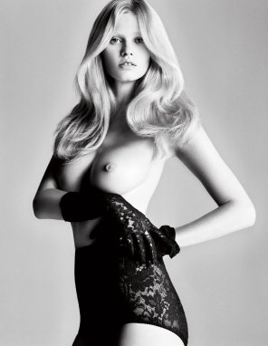 amateur photo Lara Stone in i-D Magazine, 2010