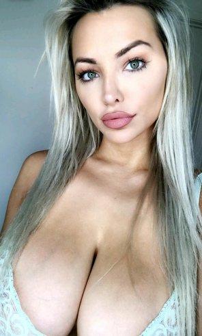 amateur photo Lindsey Pelas cleavage