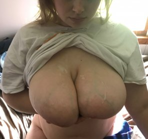amateur photo [f] Who Could Cover My Tits Better Than My Boyfriend?