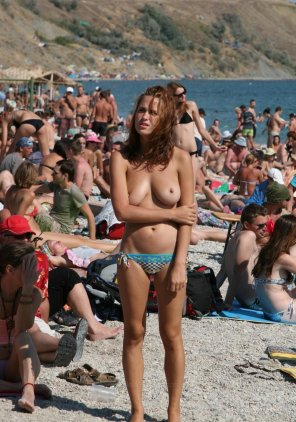 amateur photo Fantasticly hot while topless on the beach