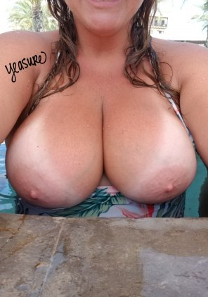 amateur photo [Image] Poolside tits, if only it were a topless resort!