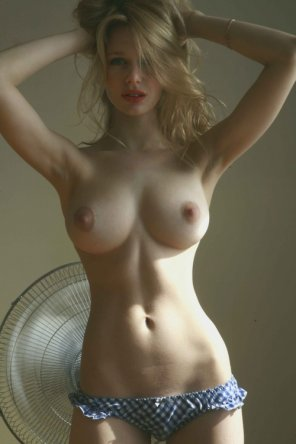 amateur photo Beautiful slender blonde with nice tits