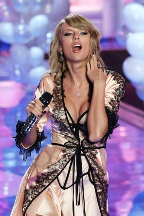 amateur photo Taylor Swift. I want to abuse that THROAT above all.