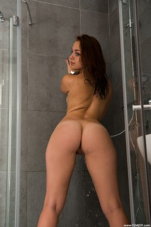 amateur photo Kara in the shower