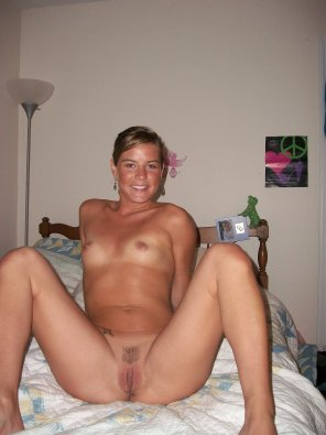 amateur photo Cute amateur showing her trimmed pussy