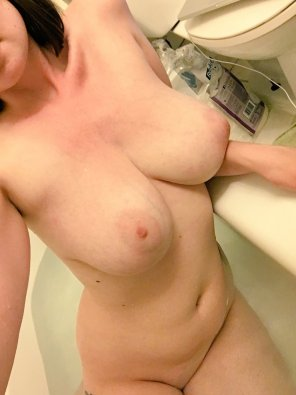 amateur photo Big titties in the tub