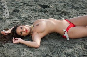 amateur photo Lacey Banghard at the beach