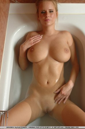 amateur photo Relaxing in the tub