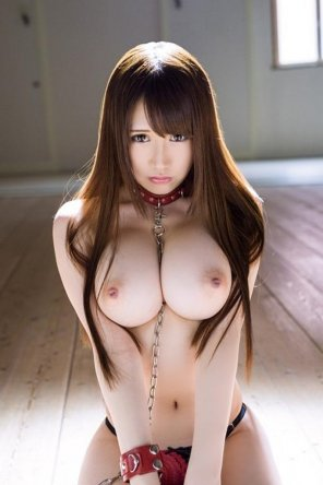 amateur photo Hina Kinami is collared