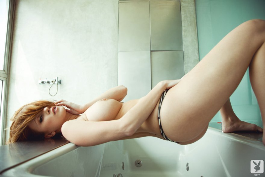 Leanna Decker taking a bath with no water Porn Photo