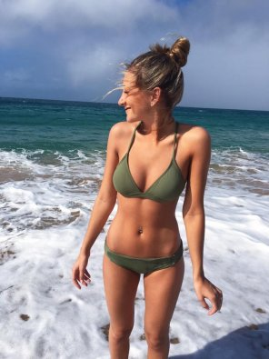amateur photo busty beach bikini babe