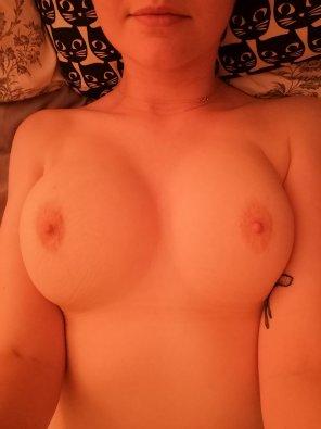 amateur photo [f] little bit of bedtime boob