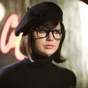 amateur photo Taylor Swift as a brunette
