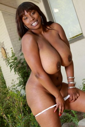 amateur photo Melissa Reed stripping in the backyard