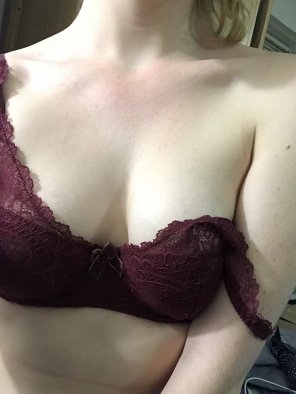 amateur photo Original ContentMaroon lace bra [f]