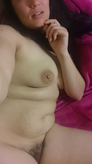 amateur photo [F] Good morning everyone come lay in bed with me let's skip work😈💜