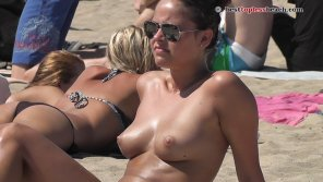 amateur photo Pretty brunette Topless on the Beach