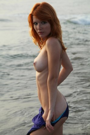 amateur photo Mia Sollis posing at the beach